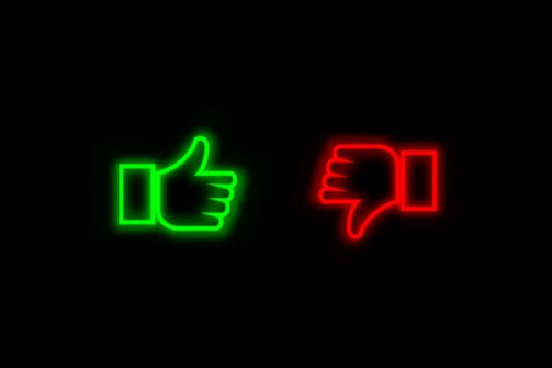 Thumbs up and thumbs down in green and red neon ligt